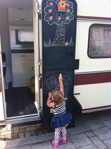 Caravan deur krijtverf