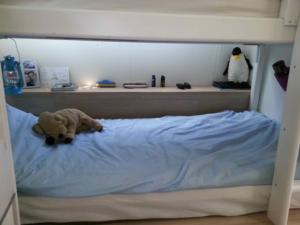 na bed jongens onder