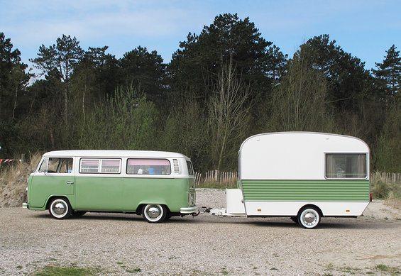 Volkswagen busje met caravan