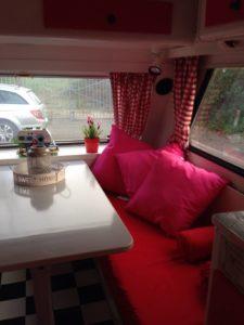 hoekje caravan rood wit roze