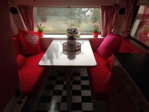 zitplaats rood wit roze caravan