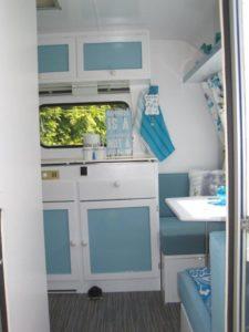 caravan blauw wit na keuken