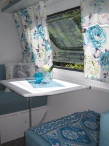 treinzitje klein caravan blauw wit
