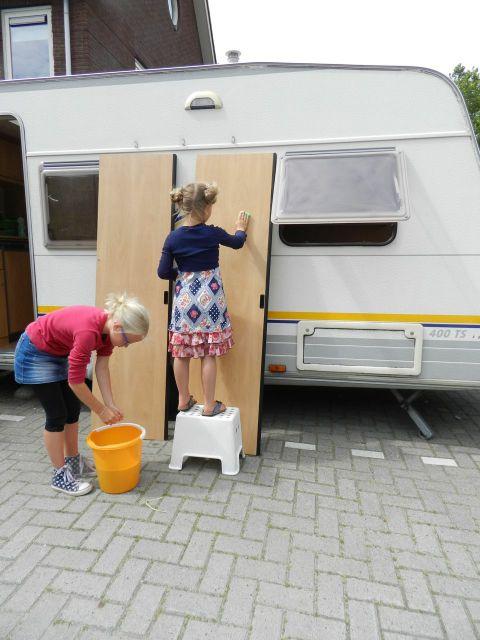 gezin klust aan caravan