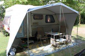 Kip caravan buiten | caravanity